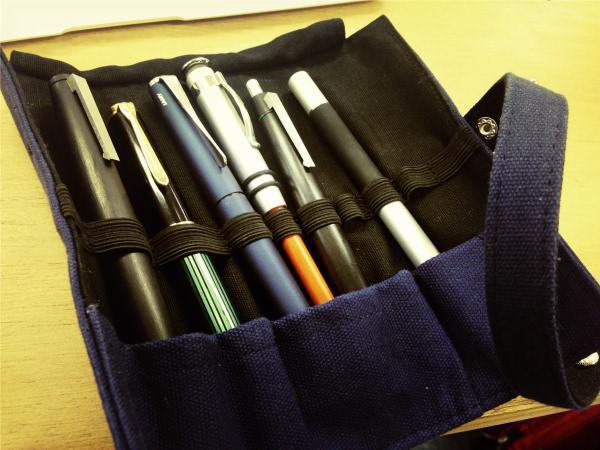 大人の筆箱としてはロール式のペンケースをオススメしたい 1
