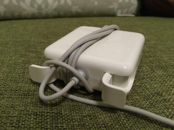 道具も不要 Macの充電器をカンタンに小さく束ねるために私がやってる方法 03