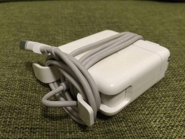 道具も不要 Macの充電器をカンタンに小さく束ねるために私がやってる方法 01